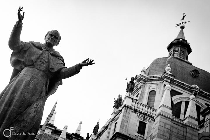 As 100 Sacras: Dia 9 - Estátua de São João Paulo II em frente da Catedral de Almudena em Madri, Espanha