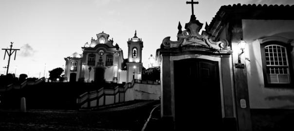 As 100 Sacras: Dia 11 - Passinho com a igreja de Nossa Senhora das Mercês ao fundo em São João Del Rei