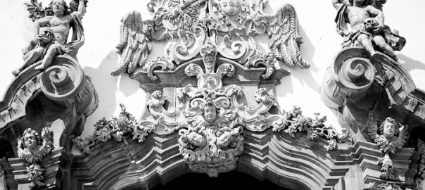 As 100 Sacras: Dia 20 - Detalhes da entrada principal da Igreja de São Francisco de Assis em São João del Rey