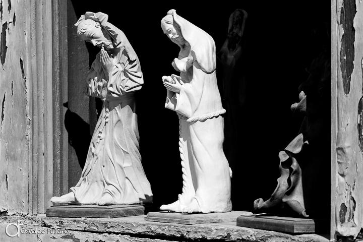 As 100 Sacras: Dia 28 - Estátuas de santos na janela de um ateliê em Tiradentes, Minas Gerais
