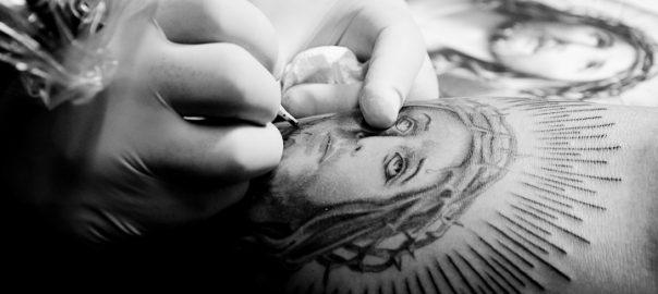 As 100 Sacras: Dia 32 - Tatuagem de Jesus sendo executada pelo artista Beto Martinelli