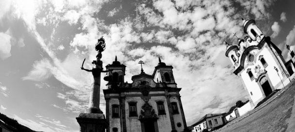 As 100 Sacras: Dia 34 - Igrejas de São Francisco de Assis e de Nossa Senhora do Carmo com o Pelourinho à frente em Mariana, Minas Gerais