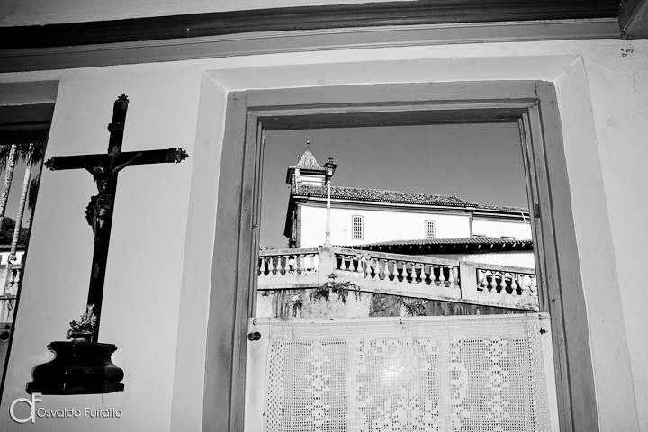 As 100 Sacras: Dia 36 - Janela com a igreja de São Francisco de Assis ao fundo em Diamantina, Minas Gerais