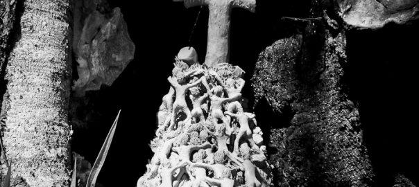 As 100 Sacras: Dia 40 - Escultura em barro deixada dentro de uma árvore queimada em Vinhedo, São Paulo