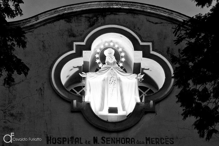 As 100 Sacras: Dia 45 - Imagem de Nossa Senhora das Mercês na fachada do hospital em São João del-Rei, Minas Gerais