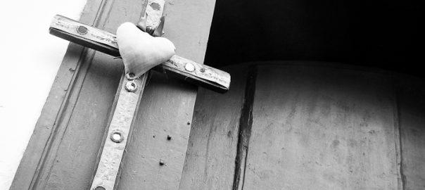As 100 Sacras: Dia 51 - Cruz artesanal na porta de uma casa em Tiradentes, Minas Gerais