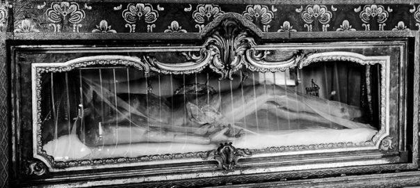 As 100 Sacras: Dia 68 - Corpo de Cristo no altar do Mosteiros dos Gerónimos em Lisboa, Portugal