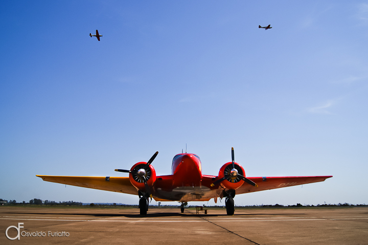 Beechcraft E18 do Circo Aéreo Extreme