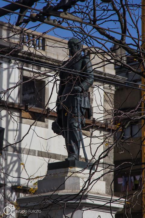 Estátua e galhosv