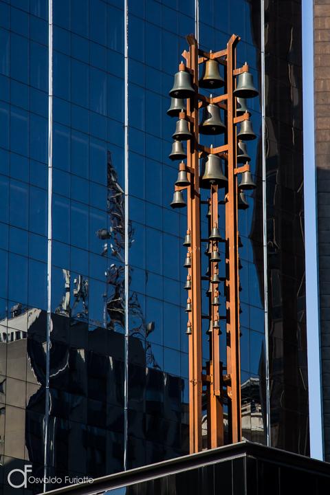 Sinos do Brazilian Financial Center na Avenida Paulista, São Paulo, Brasil