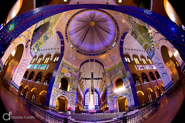 Vista central do interior do Santuário de Nossa Senhora da Conceição Aparecida, Aparecida, São Paulo