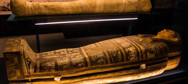 A múmia de Tararo e sarcófago, 700 anos antes de Cristo, Egito